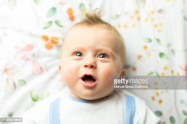 baby screaming - real body fotografías e imágenes de stock