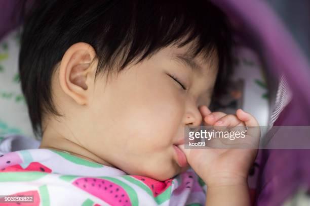 sono do bebê a sucção do polegar - chupando dedo - fotografias e filmes do acervo