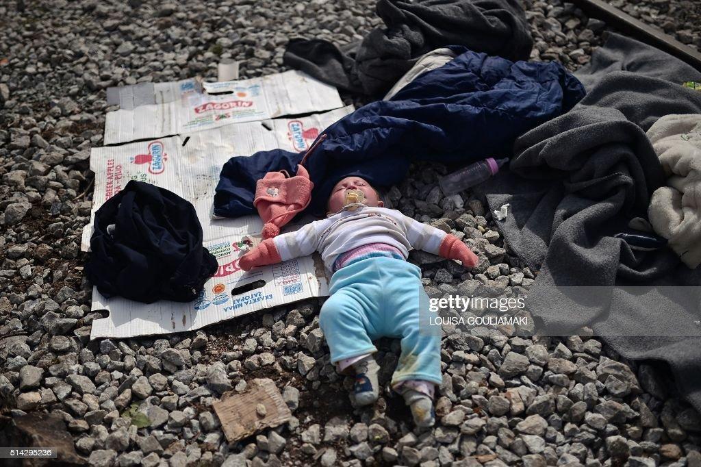TOPSHOT-GREECE-EUROPE-MIGRANTS : Nachrichtenfoto