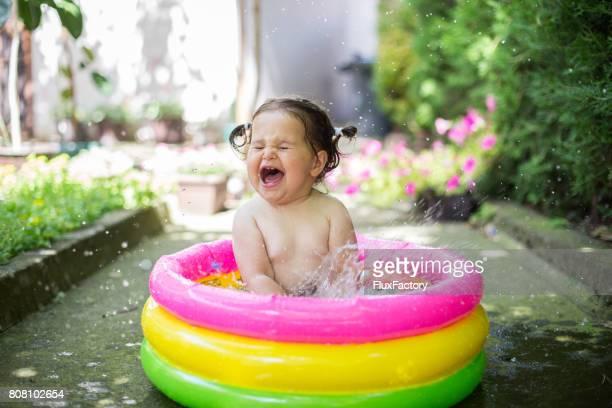 Bébé, projections d'eau dans la piscine