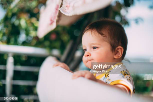 baby leidet unter augenallergie - neurodermitis stock-fotos und bilder