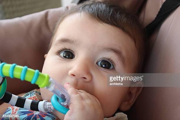 baby Mund ihr Spielzeug