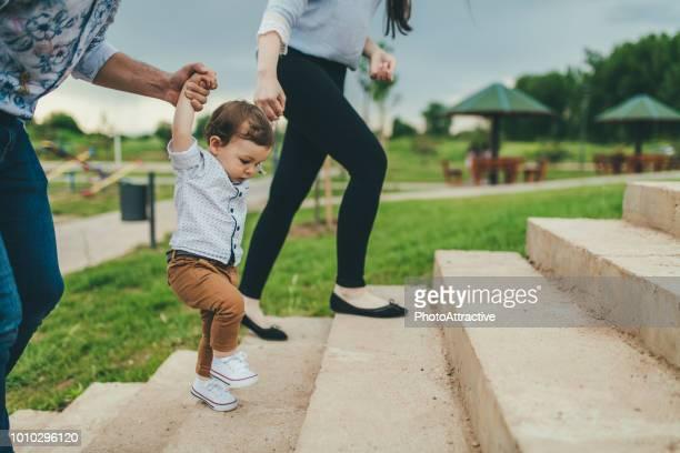 bebê pé com a ajuda dos pais - primeiros passos - primeiros passos - fotografias e filmes do acervo