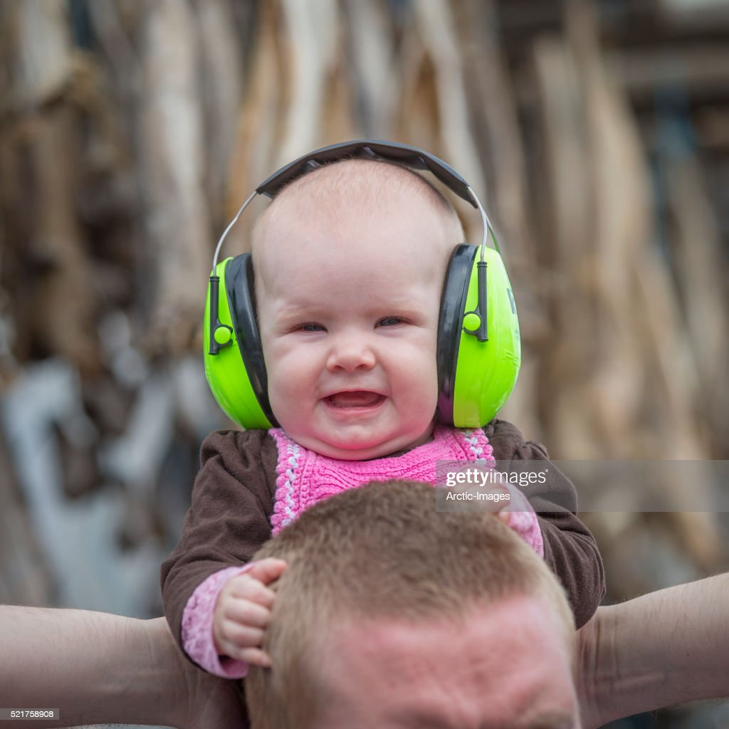 Baby Wearing Noise Reduction Ear Muffs Stock Foto Getty Images