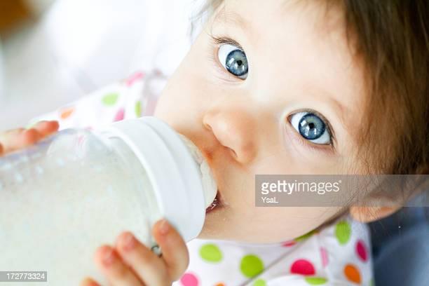Bébé avec une bouteille