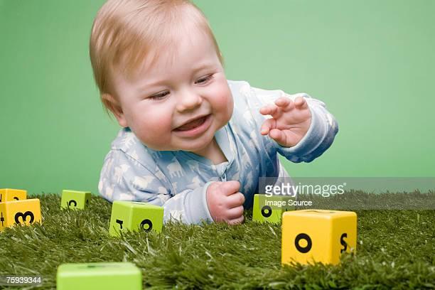 Bébé avec des blocs de construction