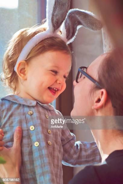 bebê com orelhas de coelho e sua mãe na páscoa - easter - fotografias e filmes do acervo