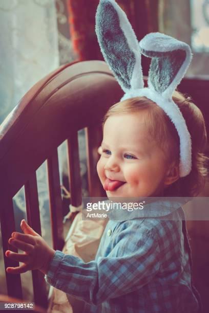 bebê com orelhas de coelho na páscoa - easter - fotografias e filmes do acervo