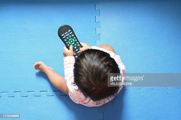 Bébé avec télécommande