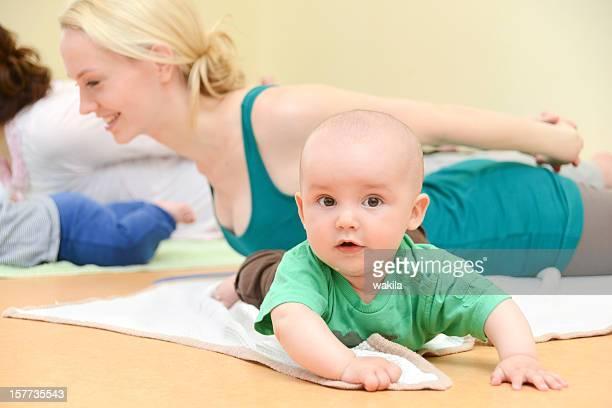 Bébé Yogagroup-training avec des enfants
