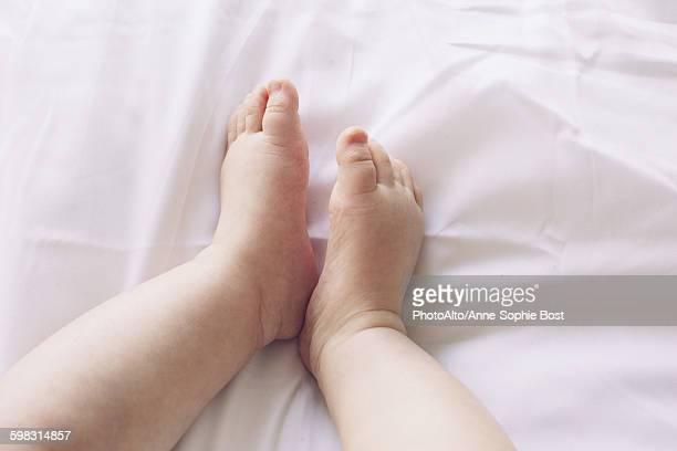 Babys bare feet
