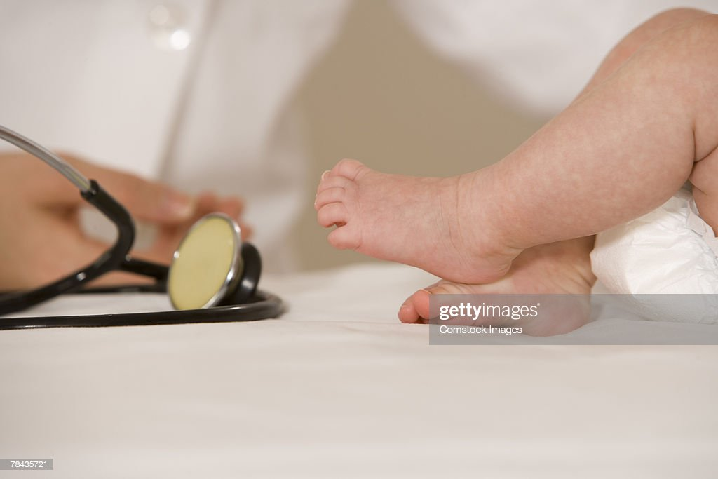 Baby's feet and stethoscope : Foto de stock