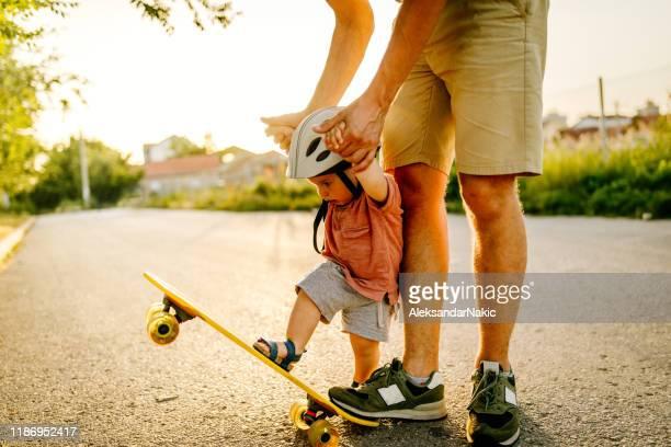 primeiro passeio de skate do bebê - patinação esporte - fotografias e filmes do acervo