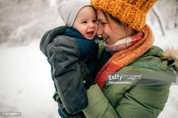 der erste schnee des babys - warme kleidung stock-fotos und bilder