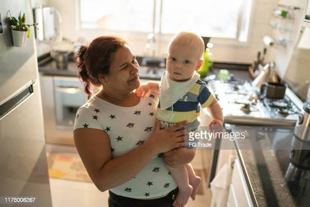 babysitter e bebé na cozinha - dama de companhia - fotografias e filmes do acervo