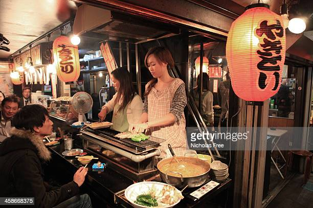 back alley restaurant - shinjuku stockfoto's en -beelden