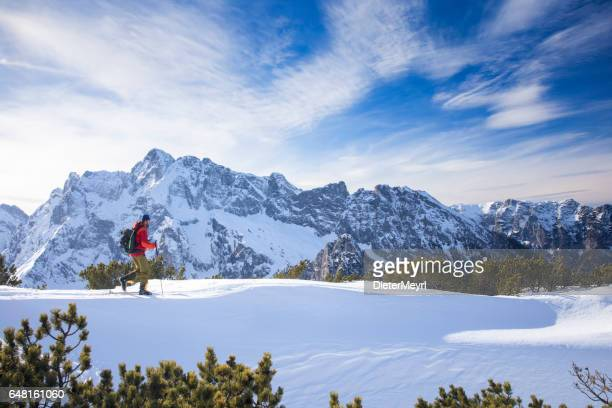 backcountry skifahrer am watzmann mit hochkalter im hintergrund - alpen - oberbayern stock-fotos und bilder