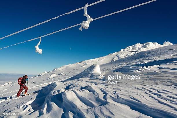 Back country sciatore di montagna una pista da sci coperta di neve farinosa