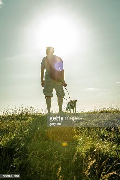 逆光の man walking 犬には、「ヒルトップ - アフィントン ストックフォトと画像