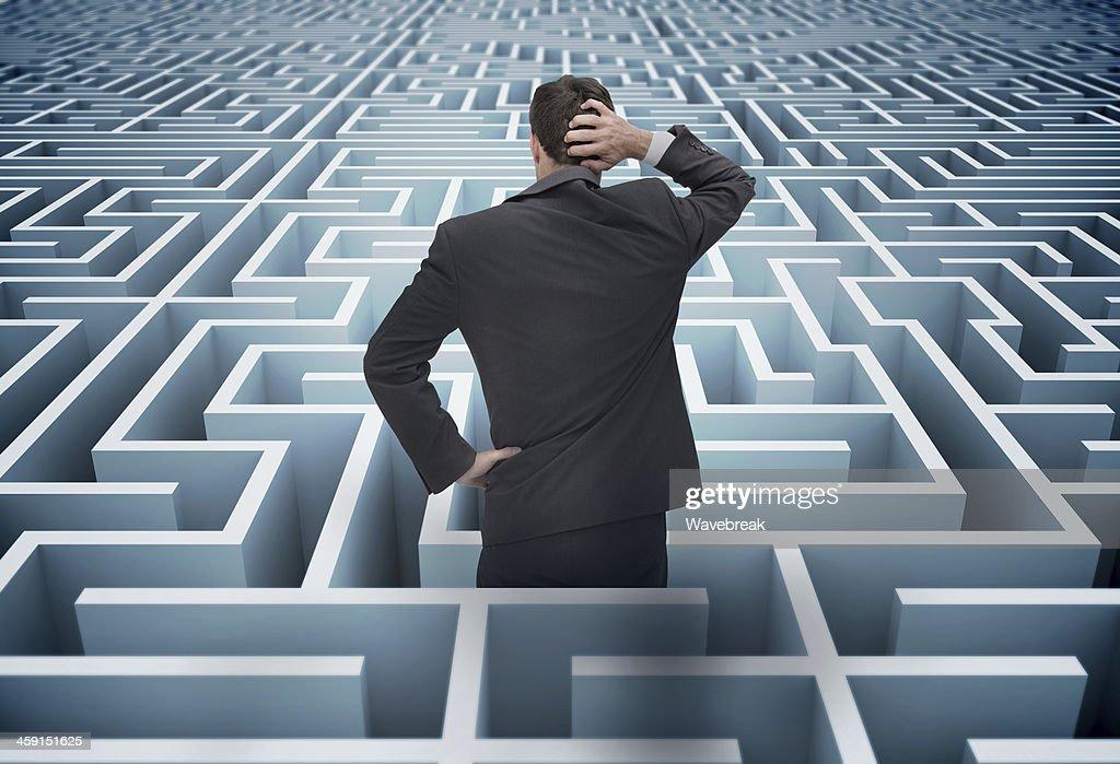 Costas de empresário ter perdido em um labirinto : Foto de stock