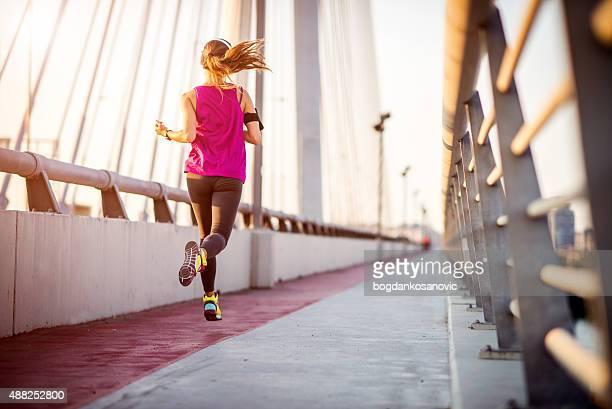 Dos de femme coureur durant le matin de cardio-training