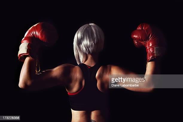 背中のフィットを着ている若い女性ボクシンググローブ