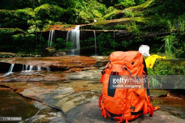 back pack to water fall - トレーニングキャンプ ストックフォトと画像