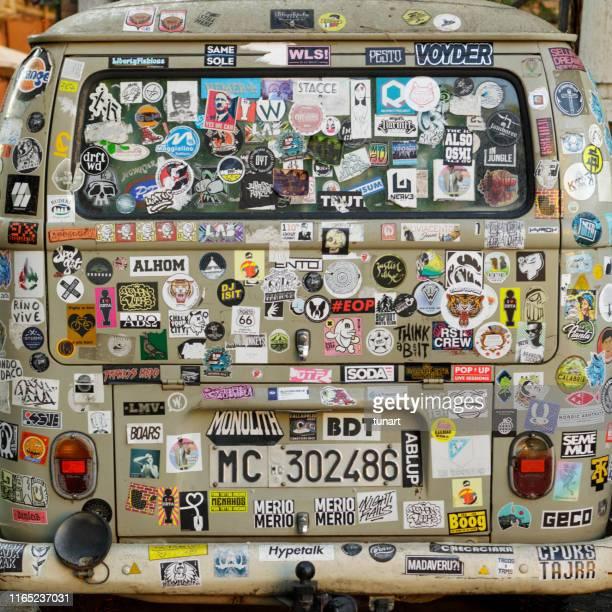 lado traseiro de um mini camionete do hippie, trastevere, roma, italy - labeling - fotografias e filmes do acervo