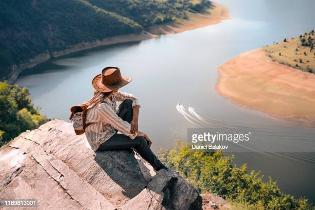 terug naar de natuur. vrouw solo reiziger dag dromen. hoog en naar beneden kijken. - dagdromen stockfoto's en -beelden