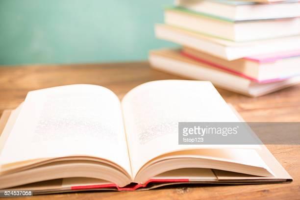 Torna a scuola. Istruzione. Libri di testo su una scrivania. Lavagna.