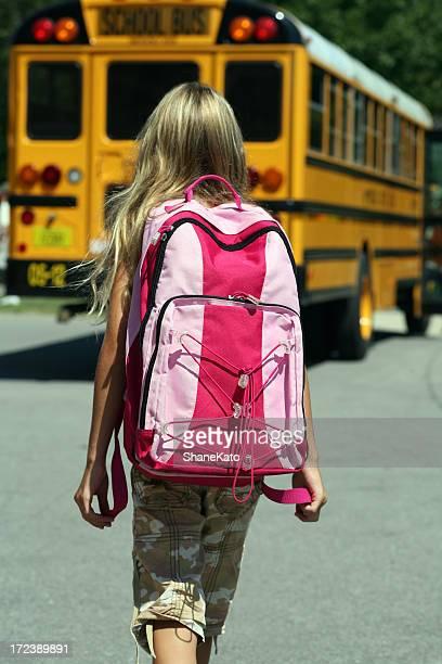 Back to School-Mädchen geht in Richtung Bus
