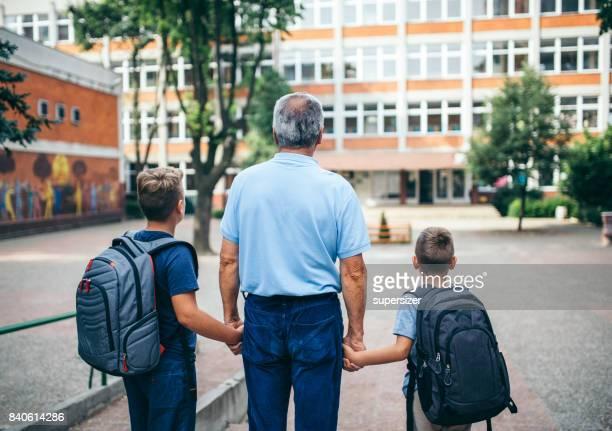 terug naar school - dag 1 stockfoto's en -beelden
