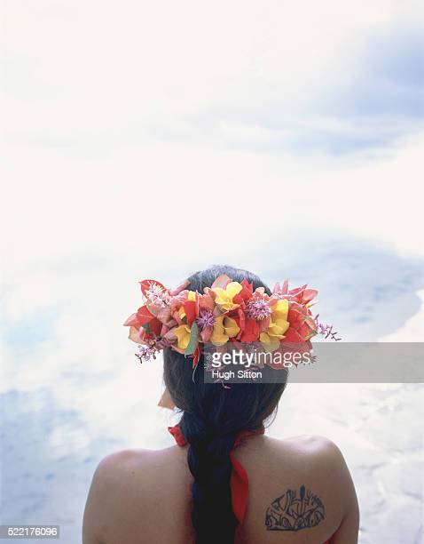 back view of a female inhabitant with flowers in her hair, tahiti - hugh sitton fotografías e imágenes de stock