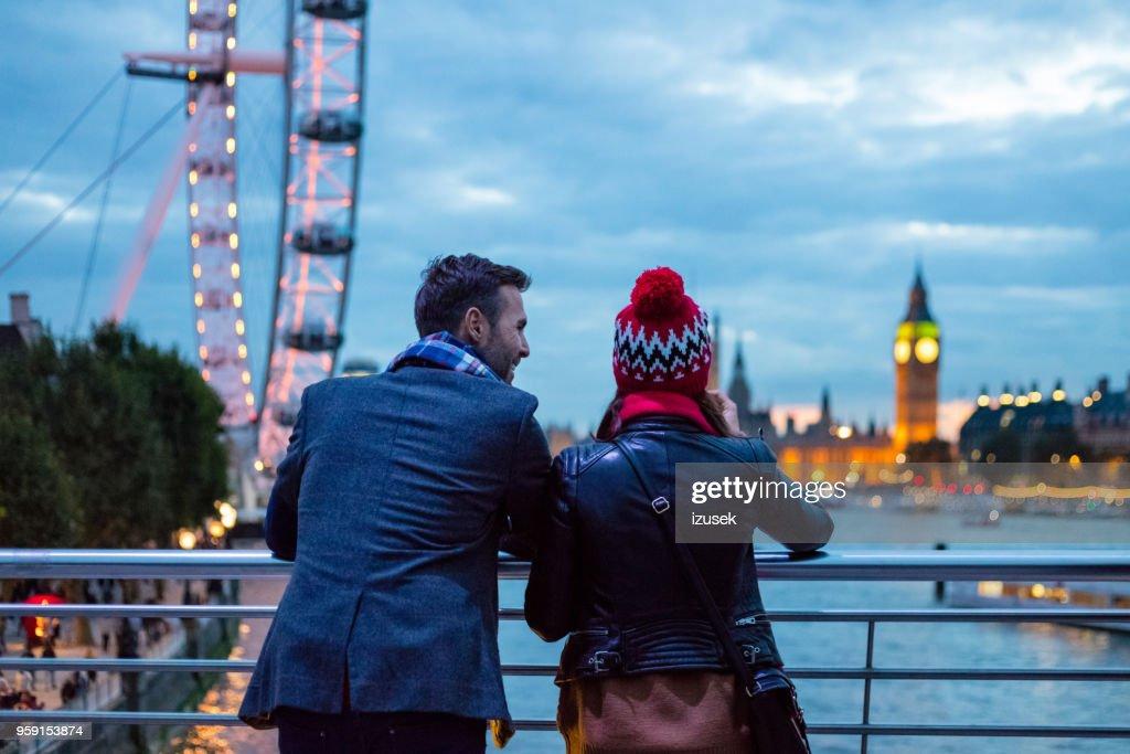Baksidan på par i London på kvällen : Bildbanksbilder