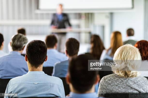 vista trasera de los emprendedores que tienen una clase de formación en una sala de juntas. - centro de conferencias fotografías e imágenes de stock
