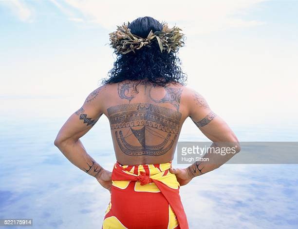 back view of man with flowers in hair, moorea - hugh sitton stock-fotos und bilder