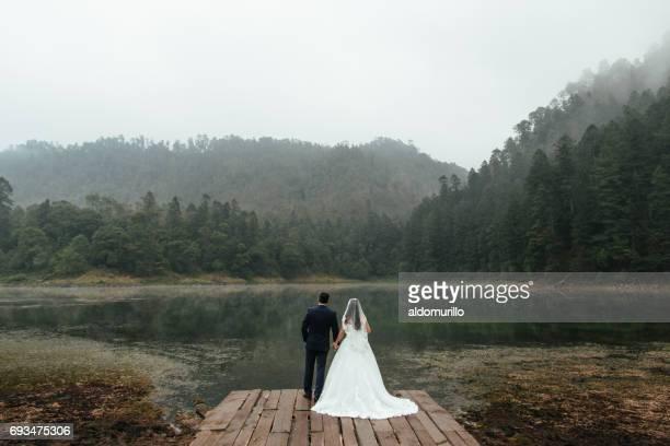 Rückansicht des Brautpaar vor See