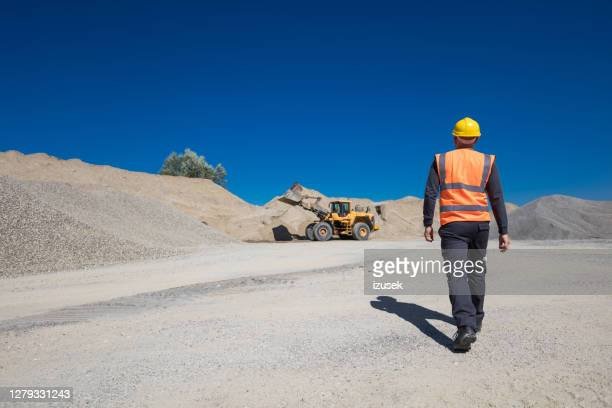 オープンピット鉱山労働者のバックビュー - 石切場 ストックフォトと画像