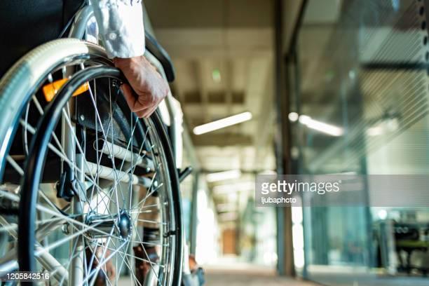 廊下の車椅子で認識できない人の後ろ景 - 麻痺 ストックフォトと画像