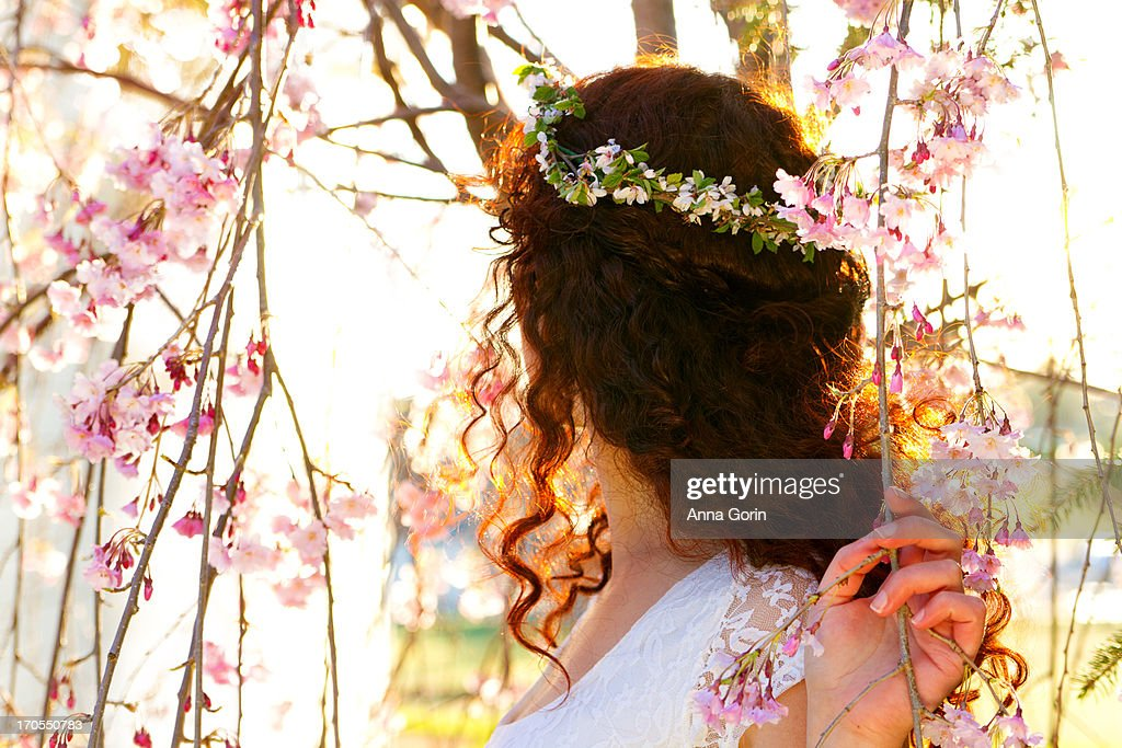 3ca3492db2 back-view-of-woman-with-flower-crown-pic