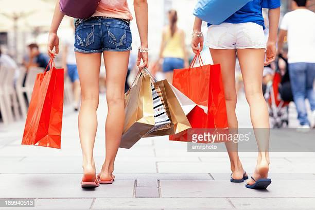 Mulheres compras de Verão vista de trás