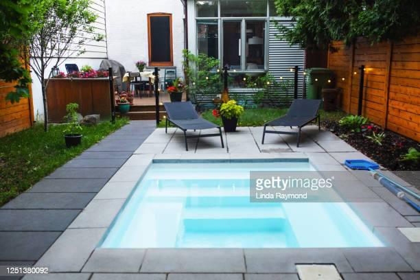 cour arrière avec une petite piscine - de petite taille photos et images de collection