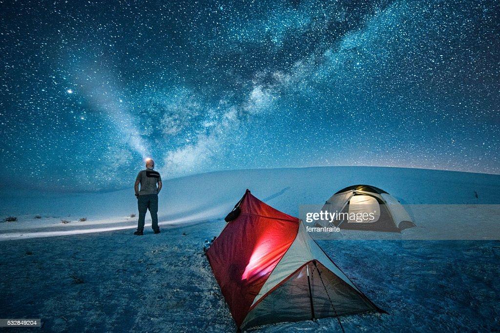 Fuera de pista campamento bajo las estrellas. : Foto de stock