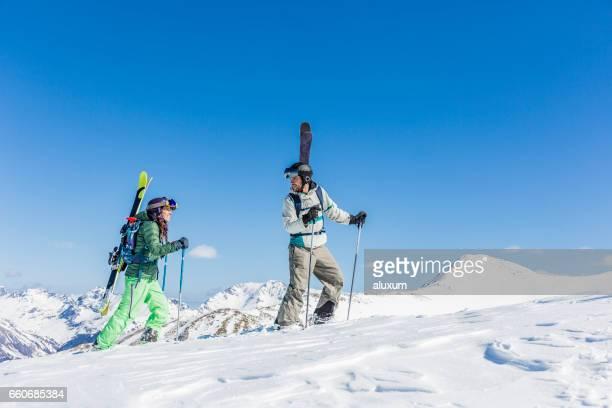 skieurs de randonnée ascendant montagne - pyrénées photos et images de collection