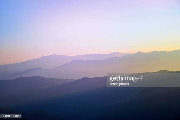 background abstract misty mountain range colourful wallpaper digital art gradiant pastel dramatic backdrop - horizonte fotografías e imágenes de stock