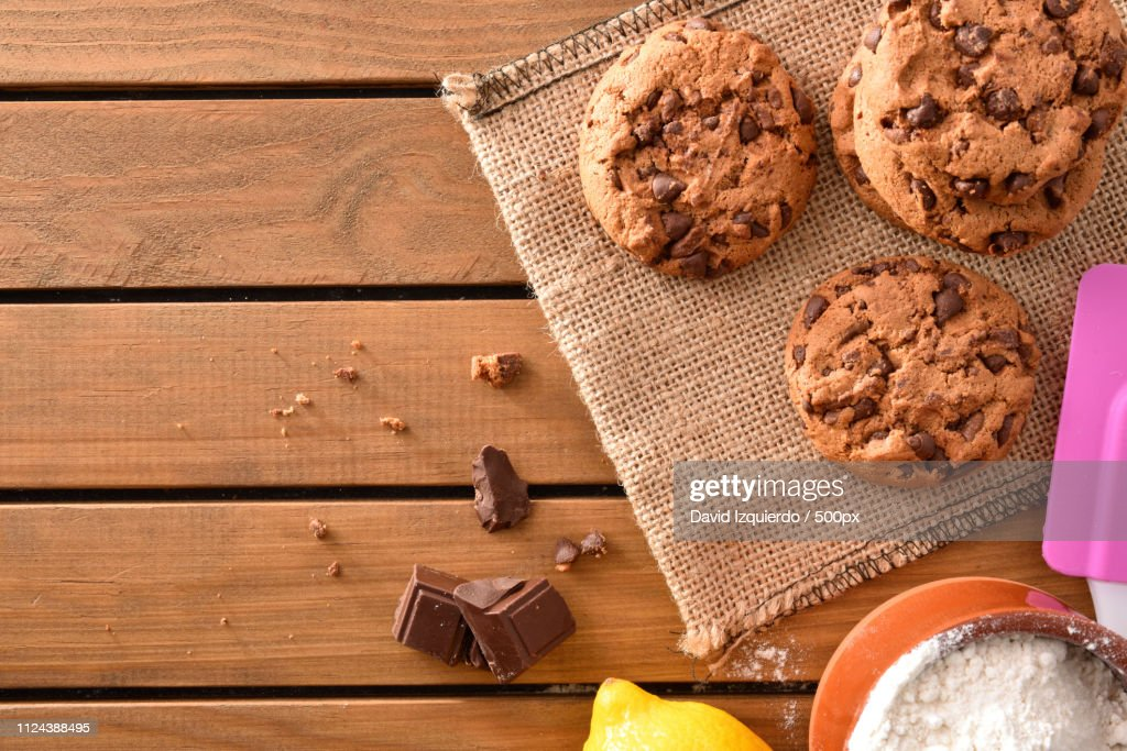 Background Biscuits With Chocolate Chips On Wooden Slatted Table : Stock-Foto