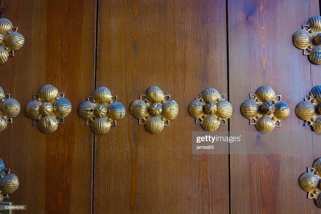Hintergrund Schmuckteile aus Messing auf alte hölzerne Tür : Stock-Foto