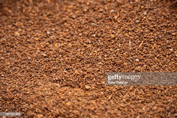 background of ground coffee beans - café moulu photos et images de collection