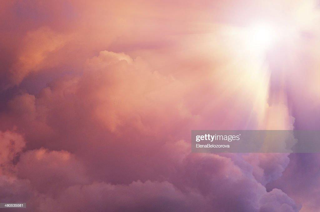 Background  sun coming into pink clouds. : Bildbanksbilder