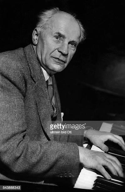 Backhaus Wilhlem Pianist Germany26031884Portrait at the piano Photographer Charlotte Willott 1954Vintage property of ullstein bild